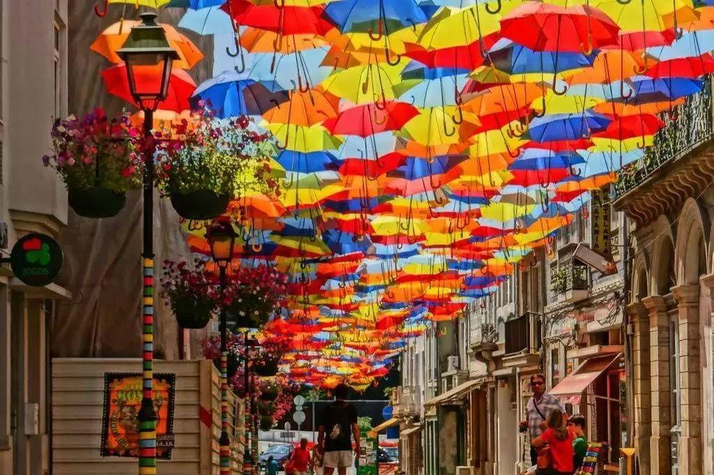 【葡萄牙阿格达的七彩雨伞街】